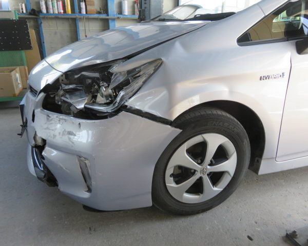 トヨタ プリウス 左フロント部の損傷 バンパー ライト フェンダー交換